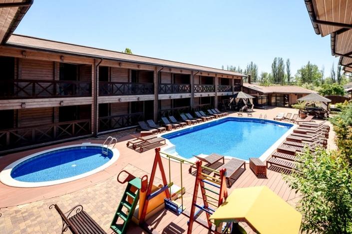Открытые бассейны для взрослых и детей отеля Журавли