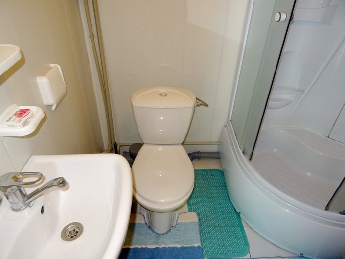 Туалетная комната номера Повышенной Комфортности базы отдыха Золотая бухта
