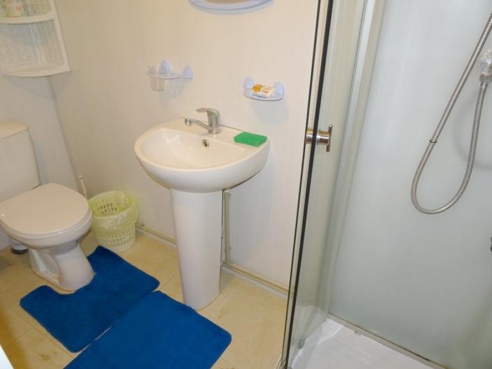 Туалетная комната в номере базы отдыха Золотая бухта