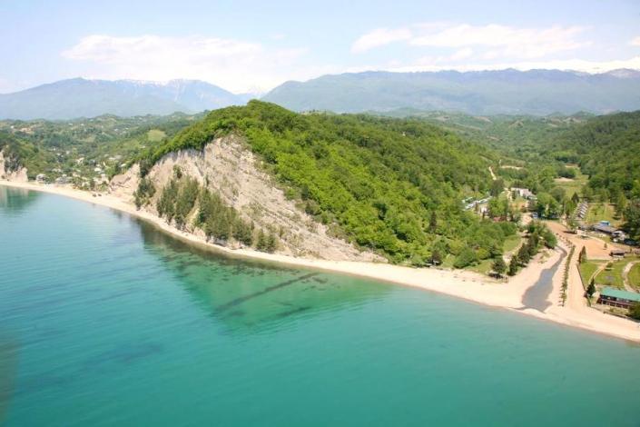 Вид на пляж базы отдыха Золотая бухта