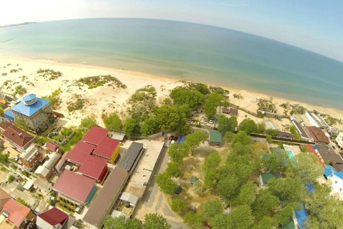 Вид на базу отдыха Золотая лагуна, пляж и море в Джемете
