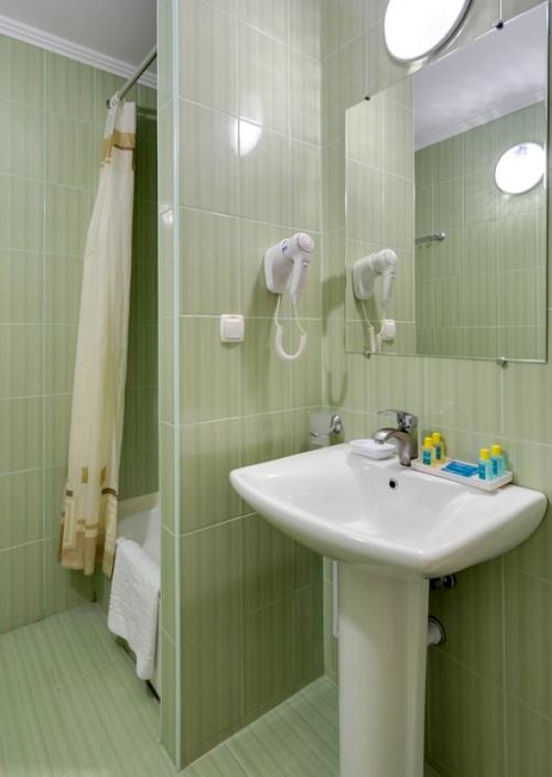 Туалетная комната Улучшенного номера санатория Золотой берег