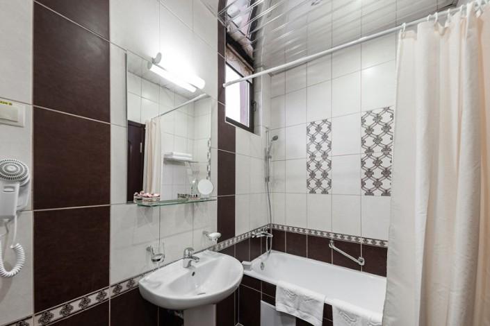 Туалетная комната Стандартного Улучшенного номера санатория Золотой колос