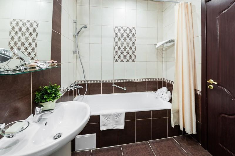 Туалетная комната Стандартного Улучшенного 1-местного номера в санатории Золотой колос