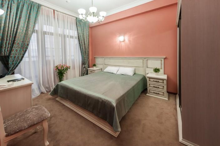 Номер Люкс с двуспальгой кроватью в санатории Золотой колос
