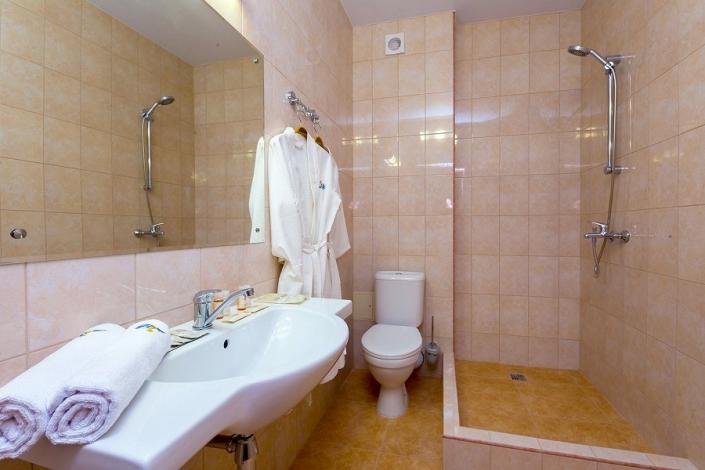 Туалетная комната номера Семейный Сюит отеля Золотой якорь