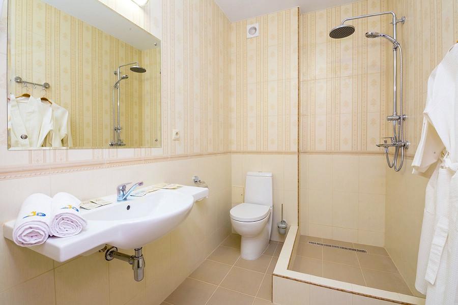 Туалетная комната номера Делюкс отеля Золотой якорь